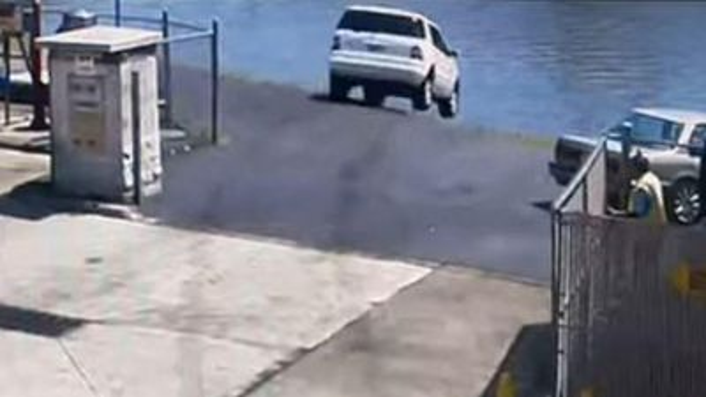 Nữ tài xế đạp nhầm chân ga khiến ô tô lao thẳng xuống sông