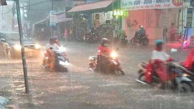 Mưa lớn khắp Sài Gòn, nước cuồn cuộn cuốn trôi nhiều xe máy