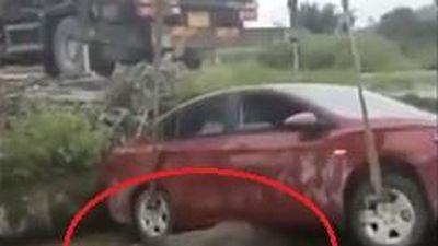 Nữ tài xế lao ôtô xuống mương đè lên con trâu