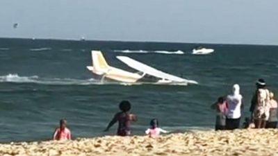 Máy bay hạ cánh sát bờ khi đám đông đang... tắm biển