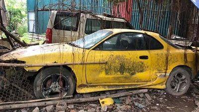 Dàn xe ôtô hàng khủng bị bỏ xó như 'rác' ở Hà Nội