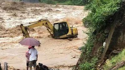Kinh hãi cảnh mưa lũ đổ về Yên Bái, nhấn chìm ô tô, máy xúc
