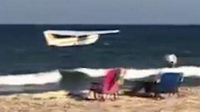 Máy bay hạ cánh khẩn cấp trước mặt du khách đang tắm biển ở Mỹ