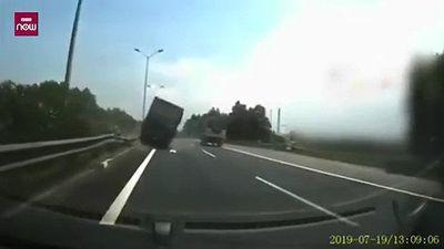 Mất lái, xe tải tông xe cùng chiều rồi lao vào giải phân cách