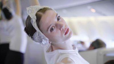 Vũ công ballet trình diễn Hồ thiên nga trên máy bay