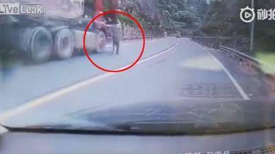 Người đàn ông liều mình ngăn xe tải trôi tự do xuống dốc