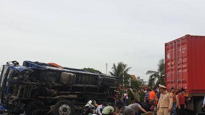 Xe tải lật đè chết người đứng xem tai nạn giao thông: 'Chúng tôi chỉ biết hét lên kinh hoàng mà không thể làm gì'