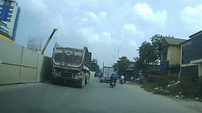Người phụ nữ chạy vun vút trên đường đâm vào đuôi ôtô