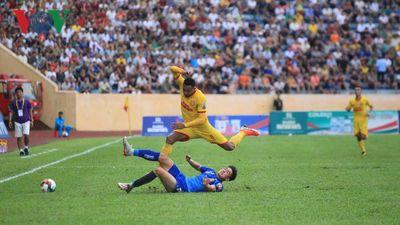 Sân Thiên Trường mất điện, Nam Định thua ngược trước Quảng Nam
