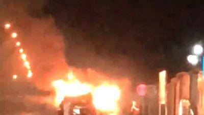 Đâm vào dải phân cách, ôtô cháy nổ giữa đường ở Hạ Long