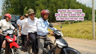 Nguyên chủ tịch nước ngồi xe máy đi kiểm tra cầu và trao quà cho học sinh