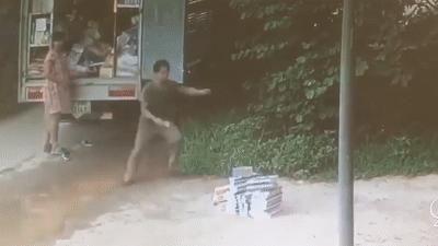 Xe tải lao lên vệ đường, người đàn ông mắn thoát chết trong tích tắc