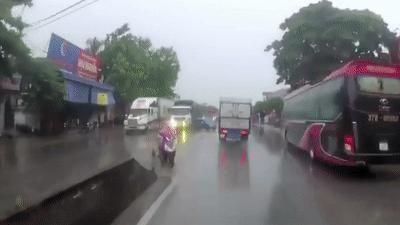 Ôtô con vỡ nát sau va chạm thảm khốc với 2 xe tải ở Nghệ An