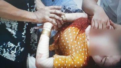 Người phụ nữ bị đâm vào cổ ngay trên đường:Quen nhau lâu