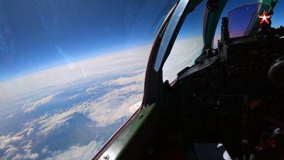 Cận cảnh MiG-31 chặn máy bay 'địch' ở tầm cao 20km trong cuộc tập trận