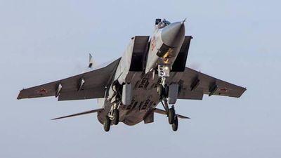 Máy bay chiến đấu MiG-31 bay ở độ cao 20.000 m với tốc độ 2.500 km/h