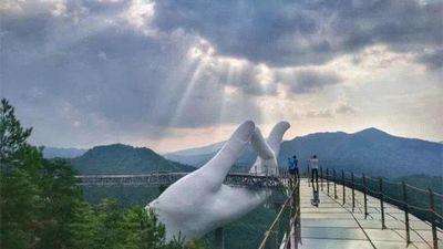 Trung Quốc khánh thành cầu 'Tay Phật' giống hệt cầu Vàng ở Việt Nam