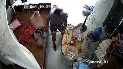 Cụ già nằm liệt giường bị nữ giúp việc tát, đổ sữa vào miệng