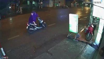 Dừng xe giữa đường mặc áo mưa, người phụ nữ bị xe sau đâm trúng