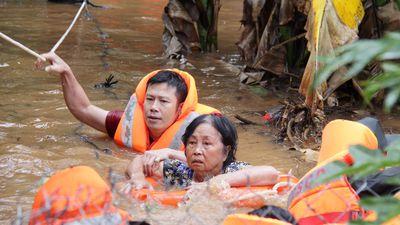 Công an kể chuyện cõng dân chạy lũ, dầm mình vá đê cứu lúa