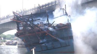 Tàu cá chứa 25.000 lít dầu cháy rụi ở Quảng Ngãi