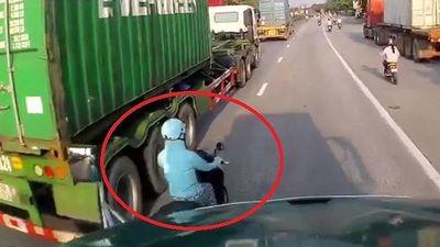 Nữ 'ninja' vượt ẩu, tạt đầu xe container trên quốc lộ 5