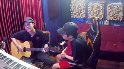 Bùi Anh Tuấn cover cực phiêu hit mới của Hồ Ngọc Hà, fan chỉ chăm chăm soi: 'Lại mặc quần đùi ra ngoài'
