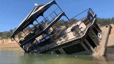 Khách đông gây mất thăng bằng, chiếc du thuyền bất ngờ bị lật ở Mỹ