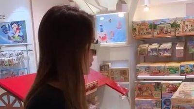 Hoa hậu Kỳ Duyên chê 'đắt lắm' khi mua đồ chơi cho cháu