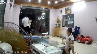 Chồng đánh vợ trước mặt con là cán bộ kho bạc