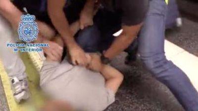 Bị bắt vì 'vén váy' hơn 500 phụ nữ