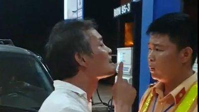 Bị nhắc 'đi vệ sinh không đúng quy định', tài xế xe ô tô biển xanh tát CSGT
