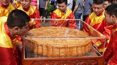 Rộn ràng lễ rước cặp bánh Trung thu truyền thống lớn nhất Việt Nam tại Hà Nội