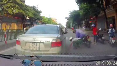 Clip ô tô suýt bị tông vì tài xế dừng giữa đường tranh nhặt tiền với người đi xe máy