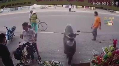 Thót tim cảnh xe máy không người lái lao vun vút vào cửa hàng tạp hóa