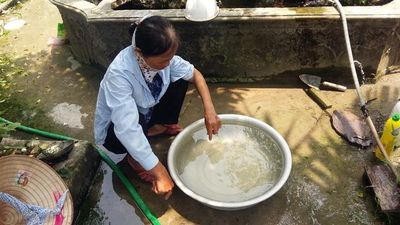 Ở cạnh nhà máy nước sạch nhưng người dân phải sử dụng nước bẩn