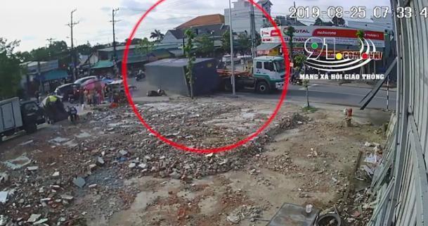 Thùng container rơi khỏi xe khi vào cua, nhiều người may mắn thoát chết