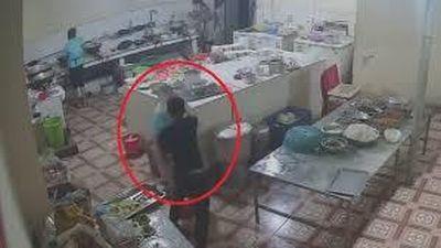 Truy tìm nghi phạm tạt axit mù mắt nữ phụ bếp ở Hòa Bình