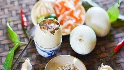Người Mỹ nhăn mặt, buồn nôn trong lần đầu ăn thử trứng vịt lộn