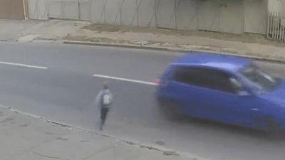 Cậu bé bị ôtô hất tung 5 m nhưng vẫn có thể đứng lên đi tìm giày