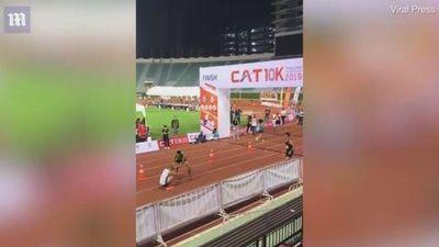 Thấy đối thủ kiệt sức, vận động viên marathon bỏ đua để giúp đỡ
