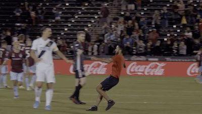 Ibrahimovic liên tiếp né được các fan quá khích