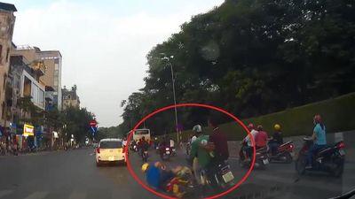 Tài xế đánh lái gấp tránh xe máy ngã trước đầu ôtô