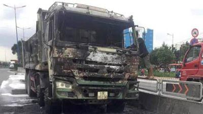 Xác định nguyên nhân ban đầu vụ xe ben bốc cháy trên xa lộ Hà Nội
