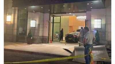 Mercedes mất kiểm soát tông thẳng vào sảnh Tháp Trump Plaza