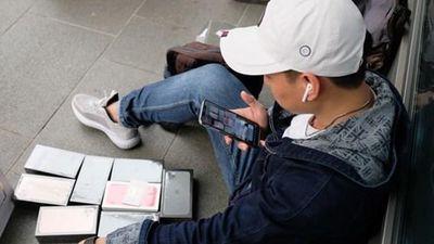 iPhone 11 vừa ra đã sang tay ngay trên vỉa hè ở Singapore