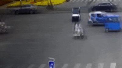 Cô gái TQ bị xe điện tông, kéo lê trên đường may mắn thoát chết