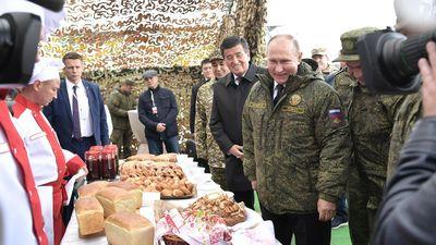 Tổng thống Putin xem tập trận Centre-2019, thưởng thức bánh mì kiểu Nga