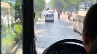 Tài xế ô tô 'biển D' ngang ngược cản đường xe cứu hỏa