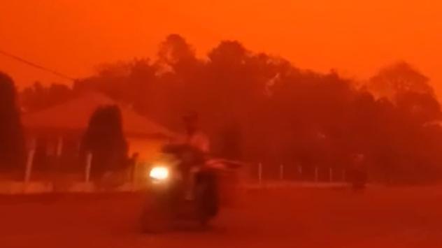 Bầu trời ở Indonesia đỏ như máu vì ô nhiễm không khí do cháy rừng
